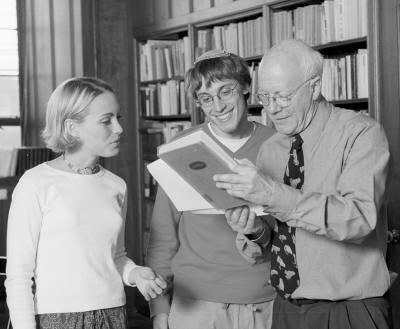 Boston University students Laura Swan and Abe Friedman discuss T. S. Eliot with Professor Christopher Ricks. Photo courtesy of Boston University.
